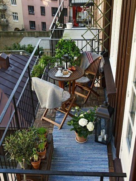 15x-tische-auf-dem-balkon-11