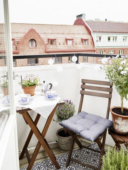 15x-tische-auf-dem-balkon-13