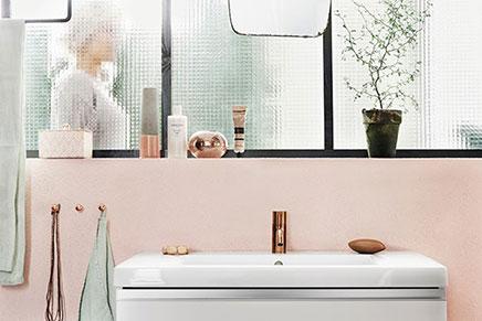 Badezimmer mit Akzenten in schwarz und Rosa