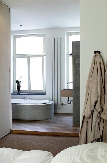 Badezimmer mit Betonoberflächen