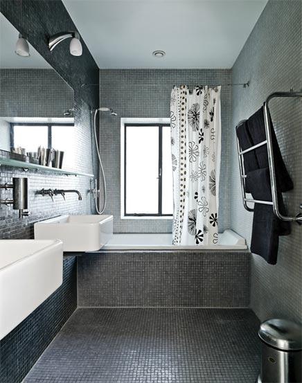 Badezimmer mit grauem Mosaik