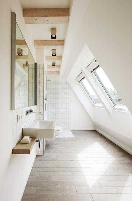 Badezimmer mit Oberlicht in schräge Wand