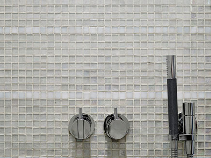 badezimmer-transparentem-glas-mosaik-fliesen (2)