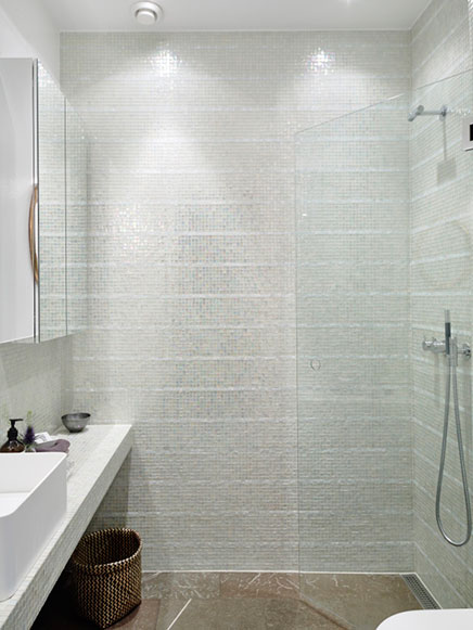 badezimmer-transparentem-glas-mosaik-fliesen
