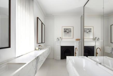 badezimmer mit wei em marmor und gold wohnideen einrichten. Black Bedroom Furniture Sets. Home Design Ideas