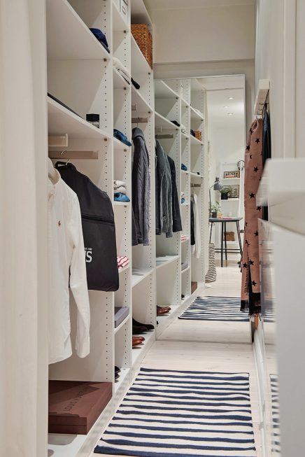 begehbarer-kleiderschrank-einrichten-am-ende-der-halle-2
