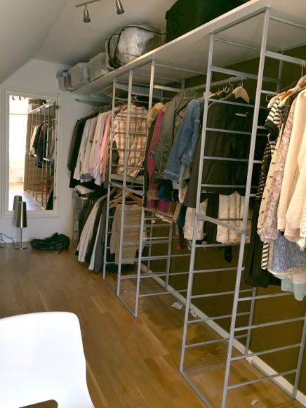 begehbarer kleiderschrank mit schr gen wand von marcela wohnideen einrichten. Black Bedroom Furniture Sets. Home Design Ideas