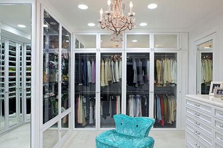 Begehbarer Kleiderschrank mit Vitrine Türen | Wohnideen ...