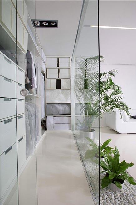 Begehbarer Kleiderschrank im Wohnzimmer