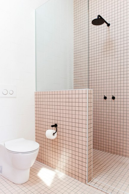 modernes badezimmer mit wei en und rosa fliesen wohnideen einrichten. Black Bedroom Furniture Sets. Home Design Ideas