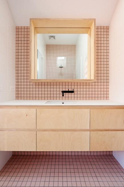 Modernes Badezimmer mit weißen und rosa Fliesen