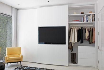 die-schiebetur-dieser-eleganten-schlafzimmerschrank-verarbeitet-den-fernseher-1