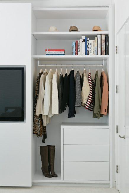 die schiebet r dieser eleganten schlafzimmerschrank. Black Bedroom Furniture Sets. Home Design Ideas
