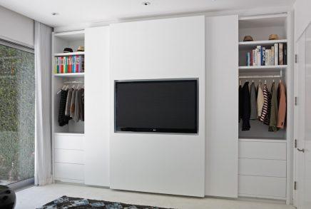 die-schiebetur-dieser-eleganten-schlafzimmerschrank-verarbeitet-den-fernseher-3