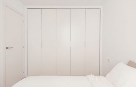 diese kleine wohnung ist nicht wiederzuerkennen nach einer inspirierenden renovierung. Black Bedroom Furniture Sets. Home Design Ideas