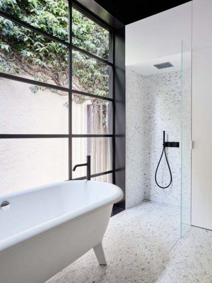 diese-robuste-badezimmer-verfugt-uber-viel-stauraum-1