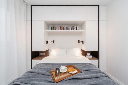 Dieses kleine moderne Schlafzimmer verfügt über einen ...