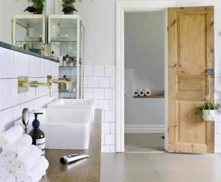 fliesestriche-und-halb-verputzte-wande-im-badezimmer