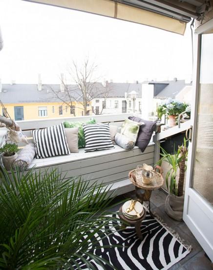 gemutlich-eingerichtete-kleinen-balkon