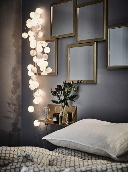Gemütliches Schlafzimmer mit grauen Wänden und goldenen ...