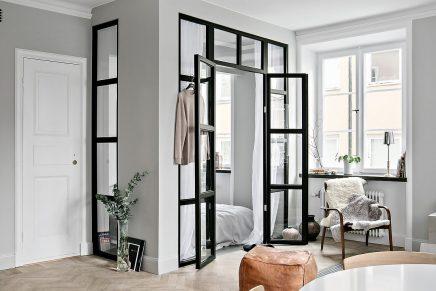 glaswand-und-stahlrahmen-zwischen-schlafzimmer-und-wohnzimmer-in-kleine-wohnung-von-45m2-2