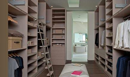 Große begehbarer Kleiderschrank neben Badezimmer