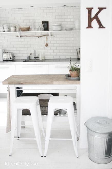 Große Küche von Kjersti Skjellaug Wohnideen einrichten