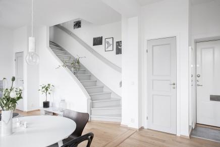 groses-wohnzimmer-mit-offener-kuche-treppe (1)
