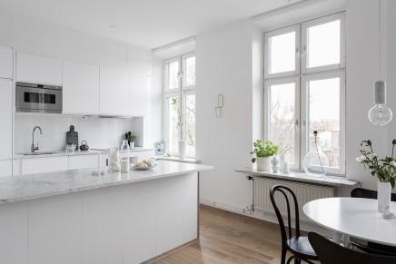 groses-wohnzimmer-mit-offener-kuche-treppe (12)