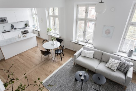 groses-wohnzimmer-mit-offener-kuche-treppe (2)