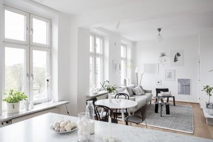 groses-wohnzimmer-mit-offener-kuche-treppe (9)