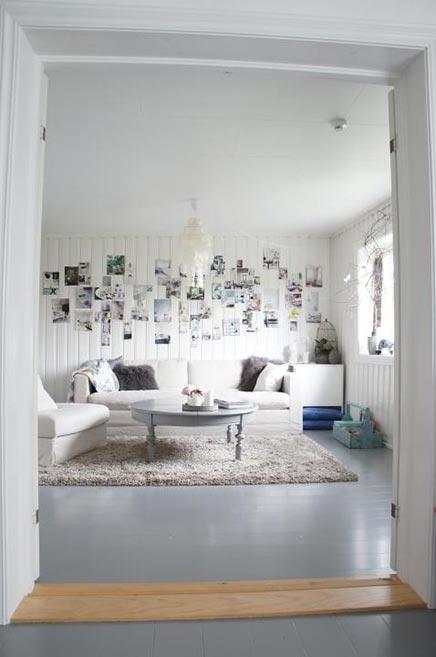 Helles Wohnzimmer mit Fotocollage