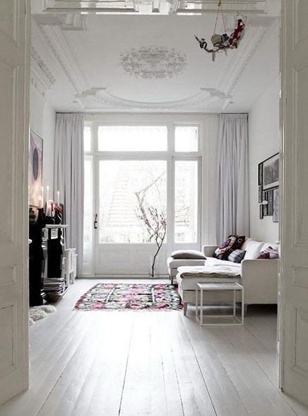 Herrenhäuser in Amsterdam und mit hellen weißen Innenraum