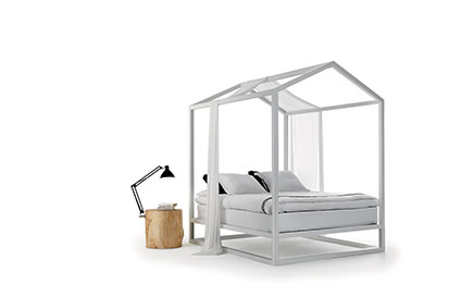 Himmelbett in Form eines Hauses