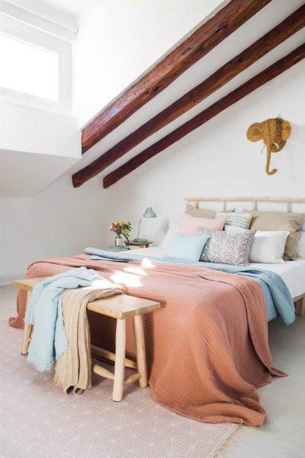 In Der Ecke Des Schlafzimmer Hat Ein Kleinen Winkel Kleid, Mit Einer Weißen  Kommode Und über Wand Kleiderstange IKEA.
