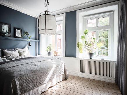 In Diesem Schönen Schlafzimmer Sind Vorhänge Vor Dem Offenen