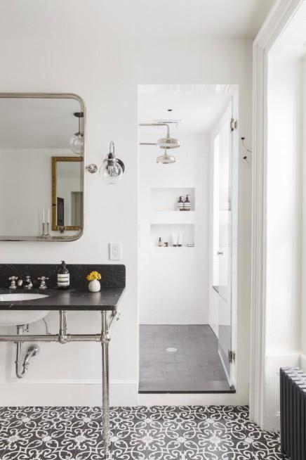 klassisches-badezimmer-schonen-gemusterten-fliesen