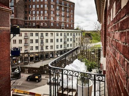 kleine-gemutliche-balkon-holzpaletten (1)