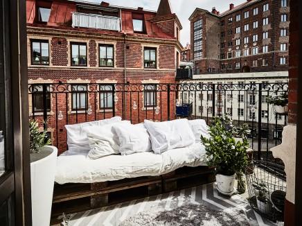 kleine-gemutliche-balkon-holzpaletten