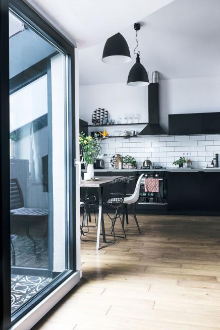 kleiner balkon mit gemusterten fliesen wohnideen einrichten. Black Bedroom Furniture Sets. Home Design Ideas