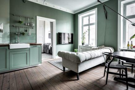 Neben Grau, Werden Sie Auch Spaß Farben. Auf Dem Bett Sind Zum Beispiel  Bunte Kissen Gelegt Und Hing über Dem Bett Eine Große Bunte Malerei.