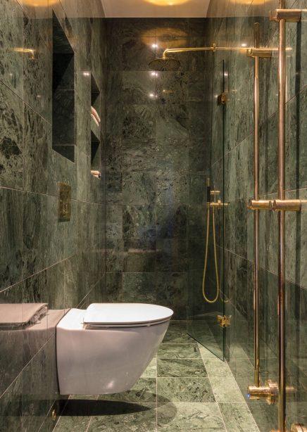 Kleines schmales Badezimmer in grünem Marmor | Wohnideen ...