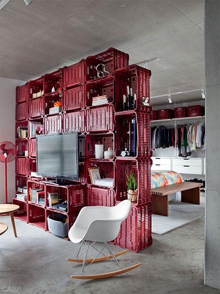 Kreative Trennwand zwischen Wohnzimmer und Schlafzimmer