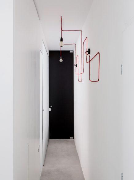 lange-schmale-wohnung-mit-weisen-modernen-interieur-10