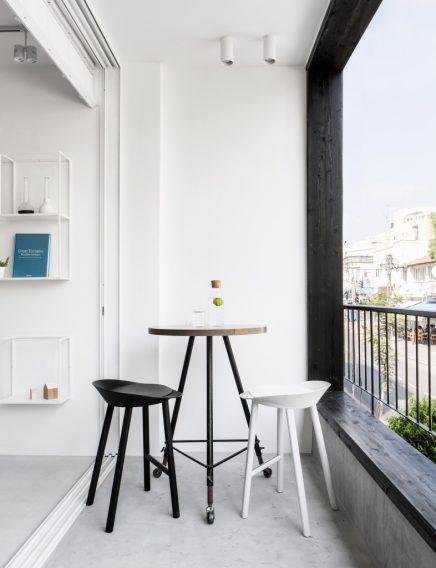 Lange Schmale Wohnung Mit Weisen Modernen Interieur 4