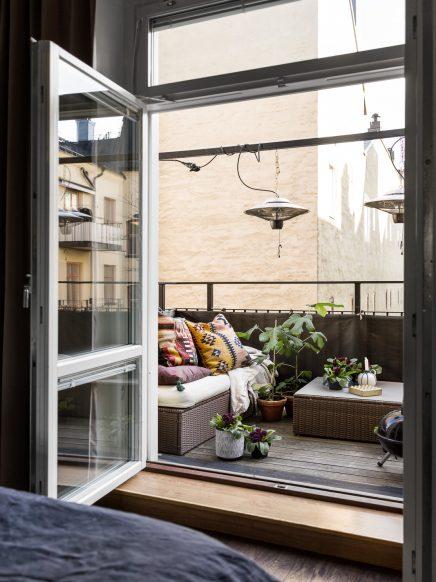 lounging auf einem kleinen balkon wohnideen einrichten. Black Bedroom Furniture Sets. Home Design Ideas