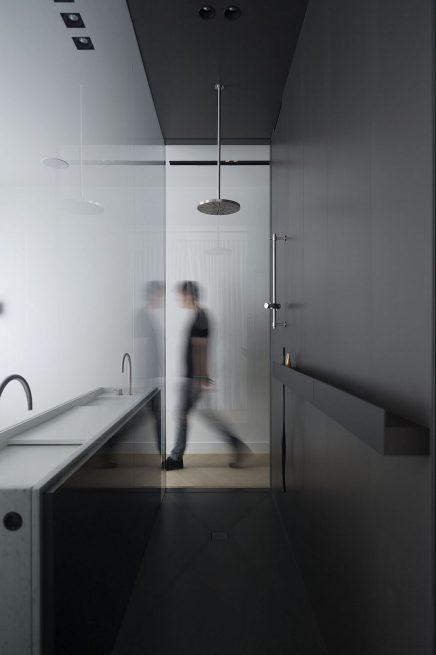 luxus-kombination-aus-begehbaren-kleiderschrank-und-bad-von-studio-niels-10