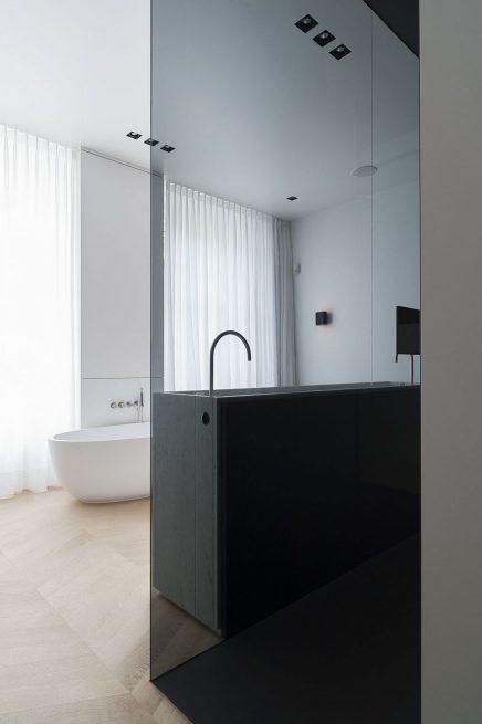 luxus-kombination-aus-begehbaren-kleiderschrank-und-bad-von-studio-niels-3