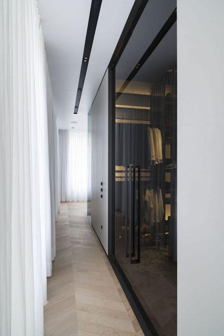 luxus-kombination-aus-begehbaren-kleiderschrank-und-bad-von-studio-niels-5