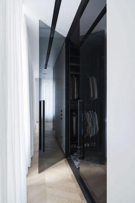 luxus-kombination-aus-begehbaren-kleiderschrank-und-bad-von-studio-niels-6